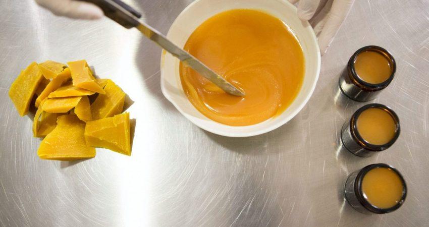 تهیه موم زنبور عسل در نگهداری از ناخن